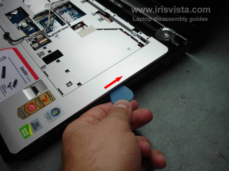 как разобрать ноутбук Toshiba Satellite A210 и Toshiba Satellite A215 и сменить экран (11)