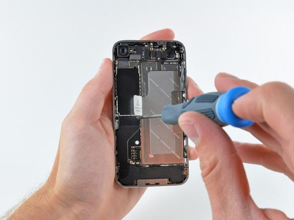 Как разобрать телефон iPhone 4 (18)