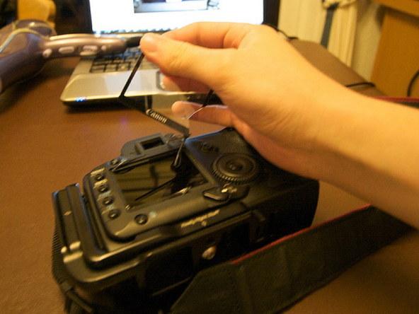 Как заменить защитное стекло для ЖК-экрана фотоаппарата Canon EOS 5D / 5D Mark II (5)