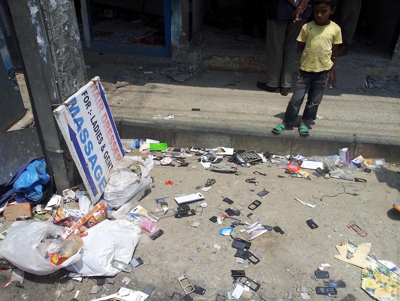 Разбомбили сервис по ремонту телефонов в Непале (1)