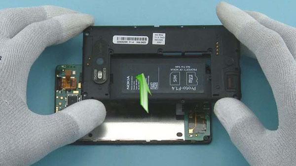 Как разобрать телефон Nokia Lumia 820 (11)