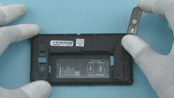 Как разобрать телефон Nokia Lumia 820 (27)